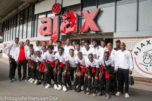 Natio Suriname op bezoek in de Johan Cruiff Arena en op de foto met AJAX spelers